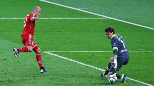 Robben bate a Weidenfeller en la final 2013. / Getty Images