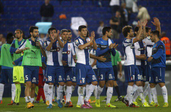 Los jugadores del Espanyol celebran el triunfo ante el Getafe / FRANCESC ADELANTADO