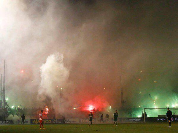Ambiente habitual en el clásico entre Panathinaikos y Olympiakos/ Reuters