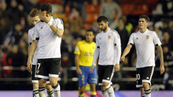 Varios jugadores del Valencia se muestran cabizbajos por la situación de crisis / JOSE JORDAN | AFP