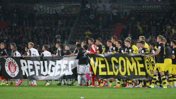 Los jugadores del St. Pauli y el Borussia Dortmund mostrando su apoyo a los refugiados/ Getty Images